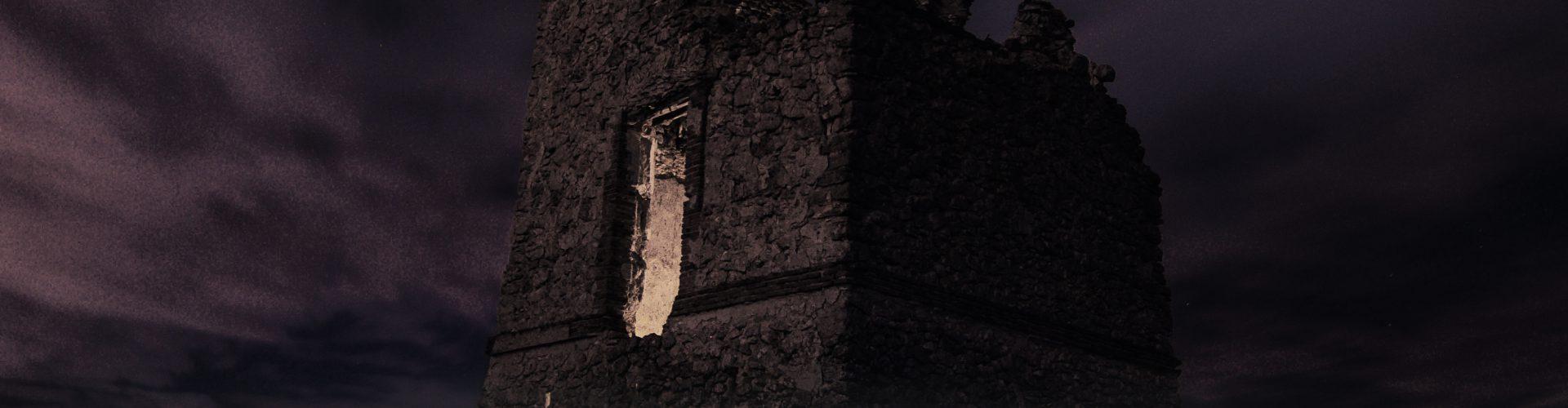 Ein mysteriöser Turm in den Schatten